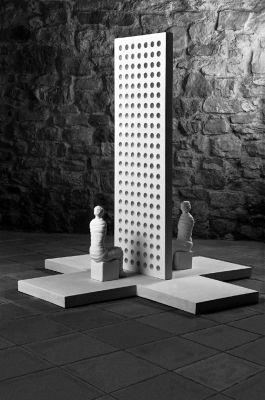 Mauer, 1990, Gips und Holz, 125x120x120cm